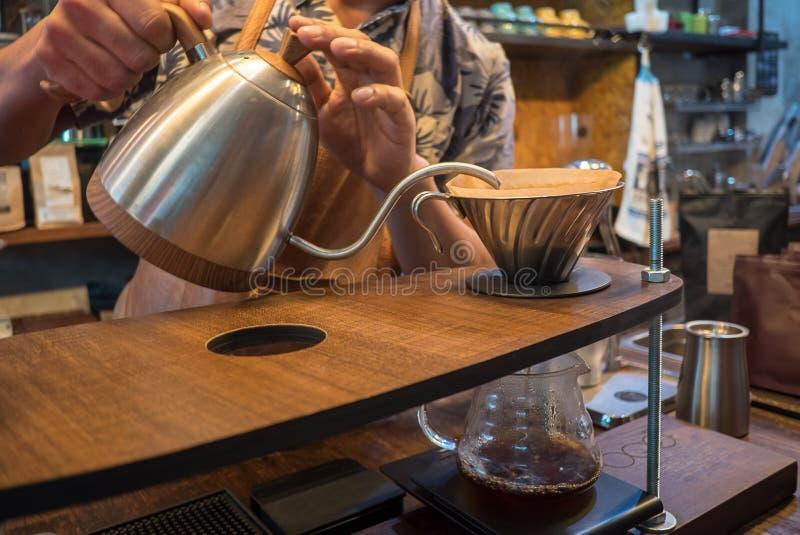 Handtropfenfängerkaffee Strömendes Wasser Barista lizenzfreies stockbild