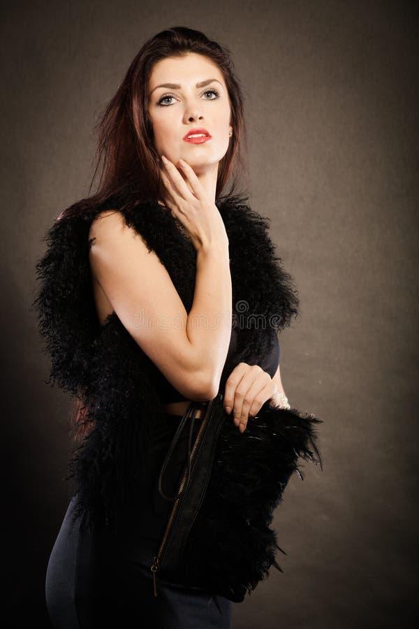 Handväska för kvinnaaftonklänning i hand på svart royaltyfri fotografi