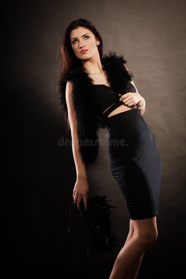 Handväska för kvinnaaftonklänning i hand på svart royaltyfria foton