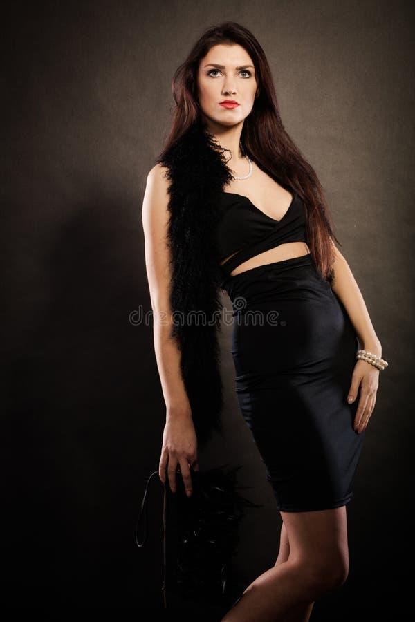 Handväska för kvinnaaftonklänning i hand på svart arkivfoton