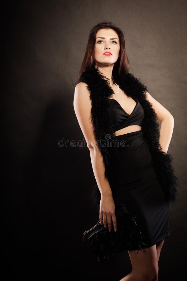 Handväska för kvinnaaftonklänning i hand på svart fotografering för bildbyråer