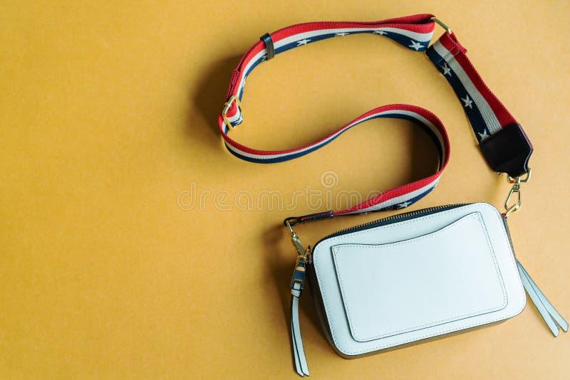 Handväska för vit fyrkant för kvinna på gul bakgrund arkivfoton