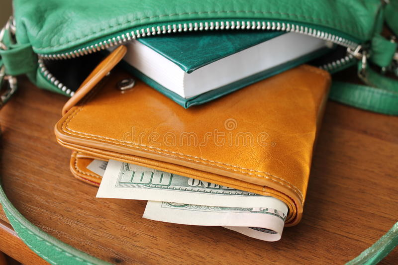 Handväska med pengar royaltyfria bilder