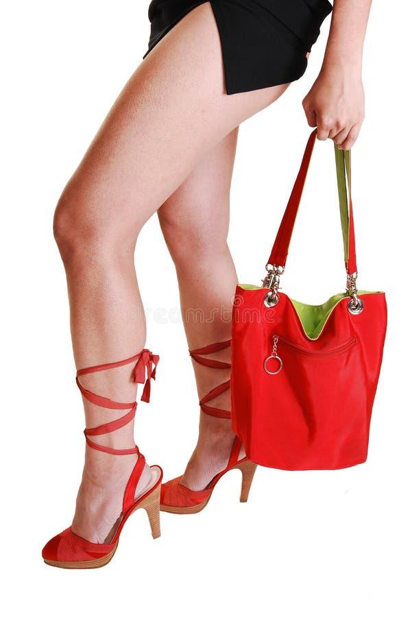 handväskabenkvinna arkivfoto