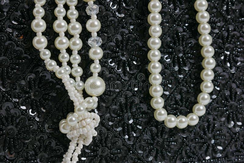 Handväskan som göras av svarta pärlor, vitpärla, pryder med pärlor Mode stil, lyx royaltyfri bild