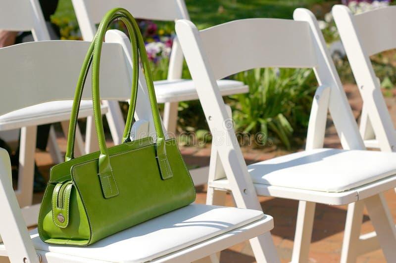 Download Handväskawomans arkivfoto. Bild av stol, sommar, trädgård - 241174