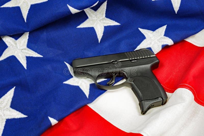Handvapen på amerikanska flaggan arkivfoton