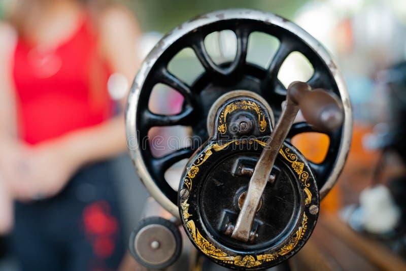 Handvat, handaandrijving en vliegwiel van een antieke naaimachine royalty-vrije stock foto