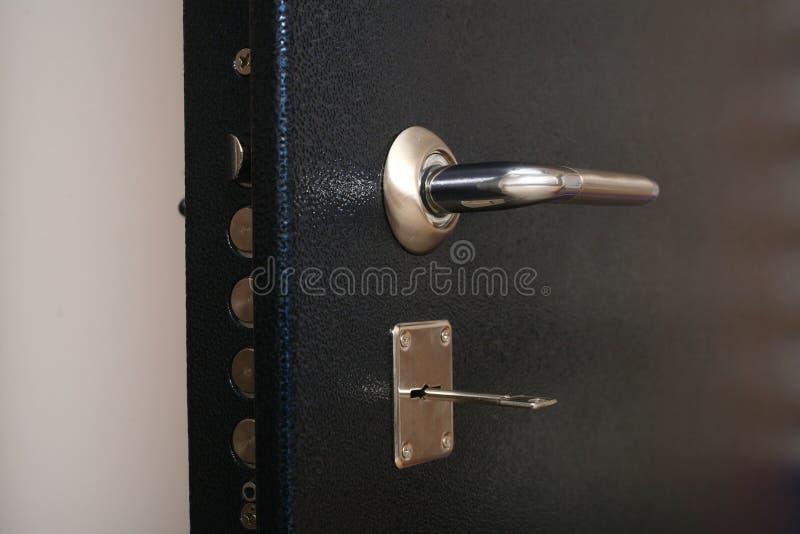 Handvat op de metaal veilige deur stock foto
