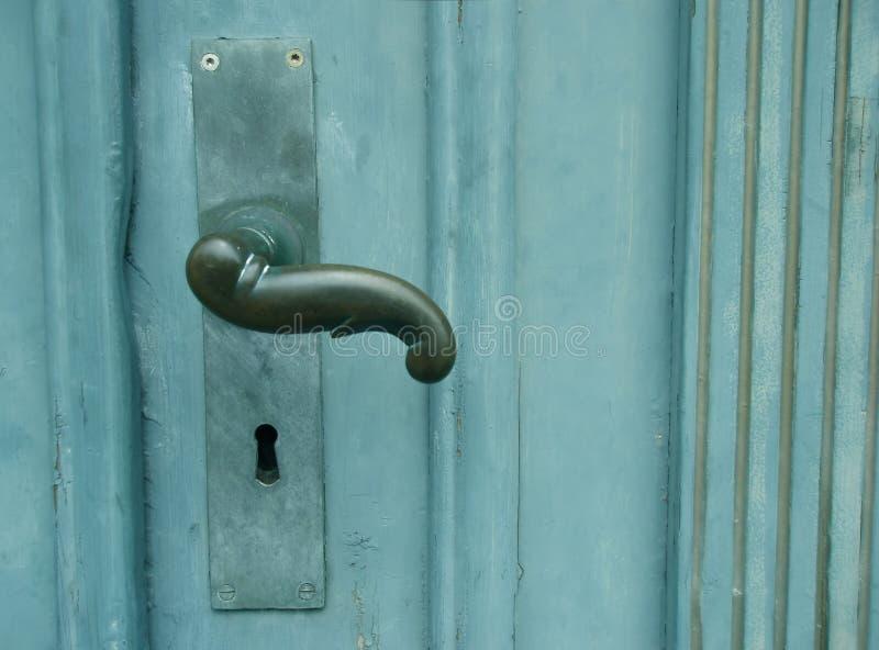 Handvat op groene deur stock afbeelding