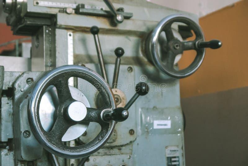 Handvatten op de machine om met metaalproducten te werken stock afbeelding