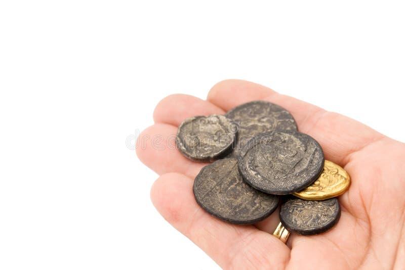 Handvol oude roman muntstukken stock foto