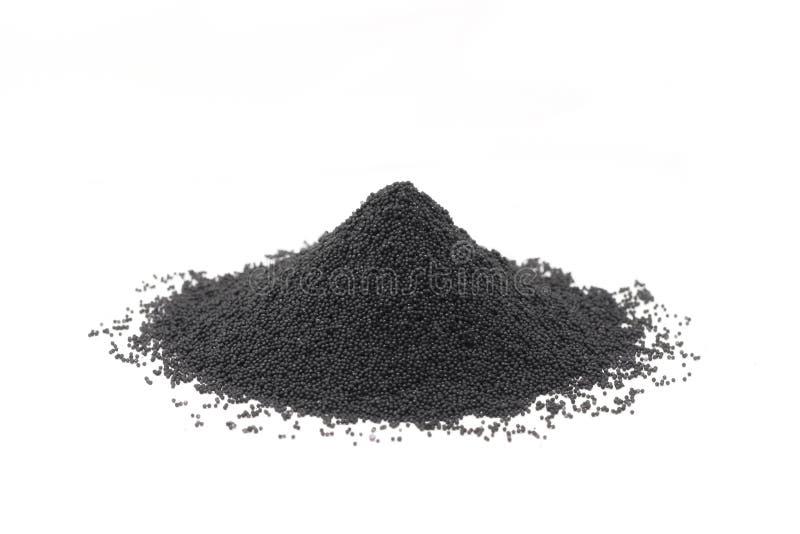 Handvoll granuliertes Kohlenstoffpulver stockbild
