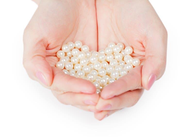 Handvoll Perlen auf weißem Hintergrund stockbilder