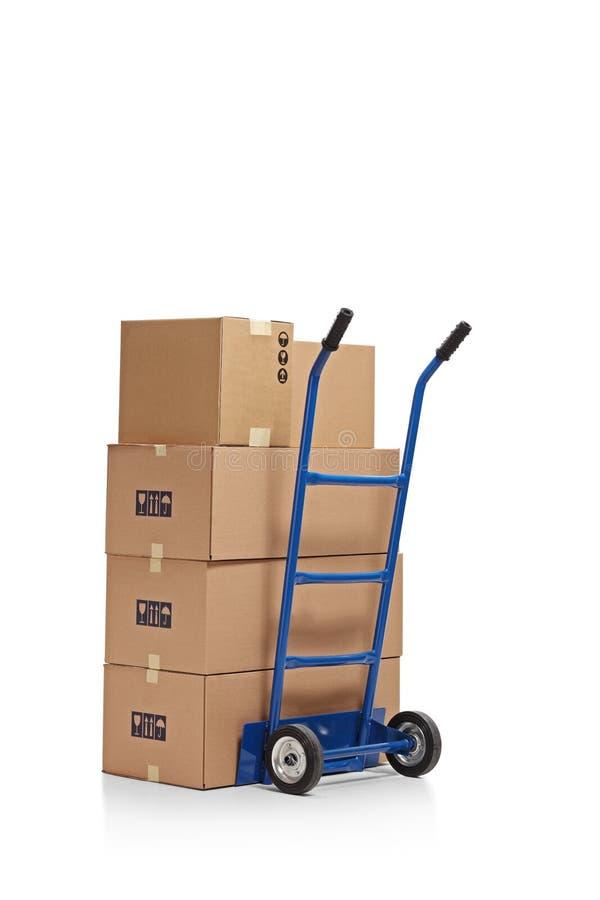 Handvrachtwagen met dozen wordt geladen die stock fotografie