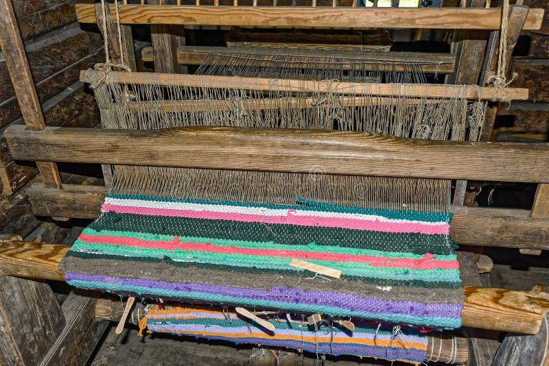 Handwebstuhl mit Teppich auf Threads lizenzfreie stockfotos