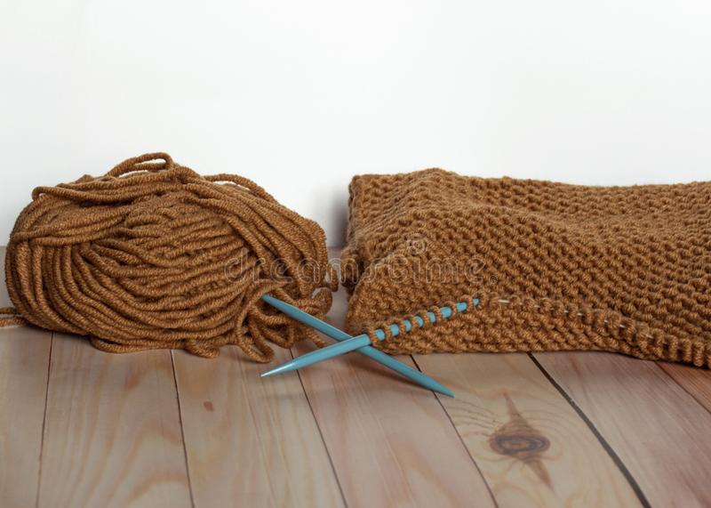Handwerk en vaartuigen Knitting met bruingaren Een schroefdraad Naaldwerk royalty-vrije stock foto's