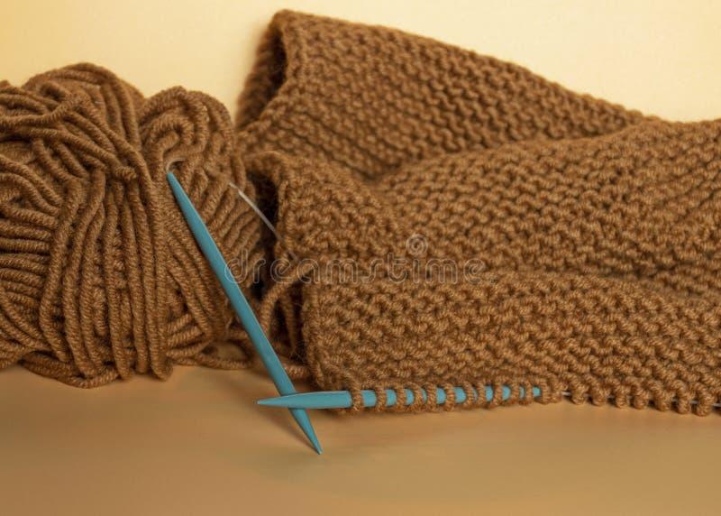 Handwerk en vaartuigen Knitting met bruingaren Een schroefdraad Naaldwerk royalty-vrije stock afbeeldingen