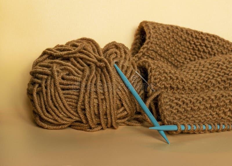 Handwerk en vaartuigen Knitting met bruingaren Een schroefdraad Naaldwerk stock afbeelding