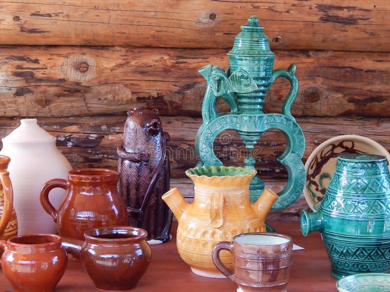 handwerke Verschiedene Töpfe angezeigt an der Ausstellung im Freien stockfotografie