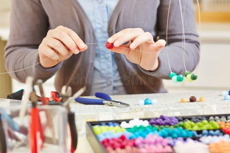 Handwerker bei der Werkstattschaffung lizenzfreies stockfoto