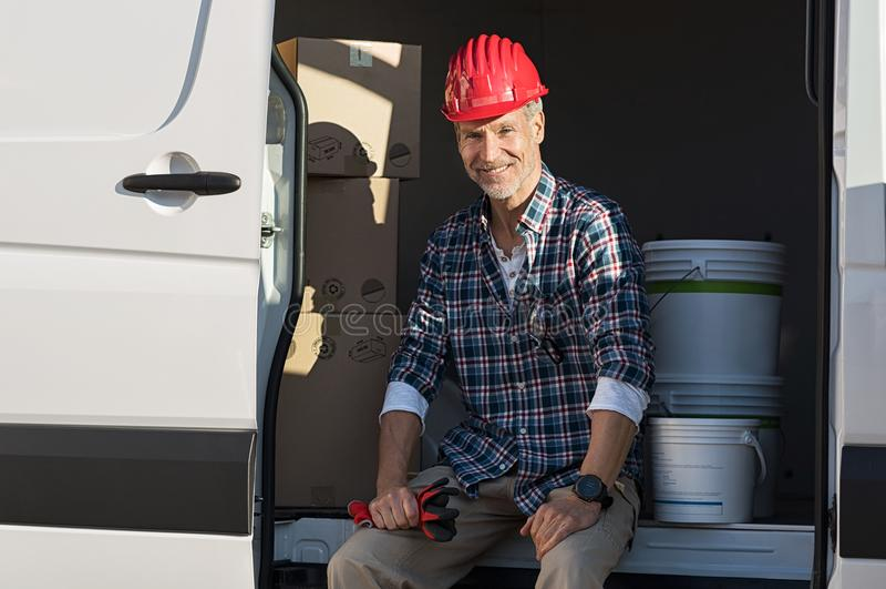 Handwerker, der auf Packwagen sitzt lizenzfreie stockfotos