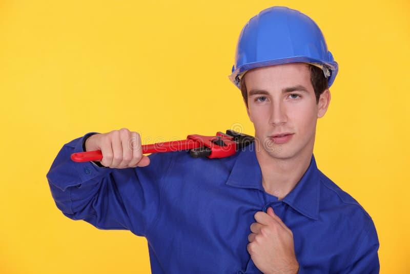 Handwerker, der einen Schlüssel hält lizenzfreie stockfotografie