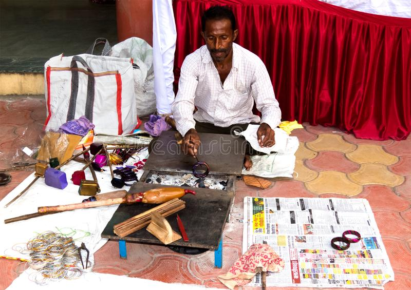 Handwerker, der traditionelle Gummilackarmbänder herstellt stockbilder