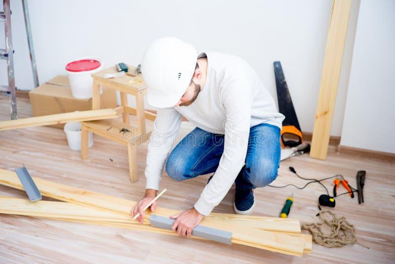 Handwerker mit einem Bleistift stockfotografie