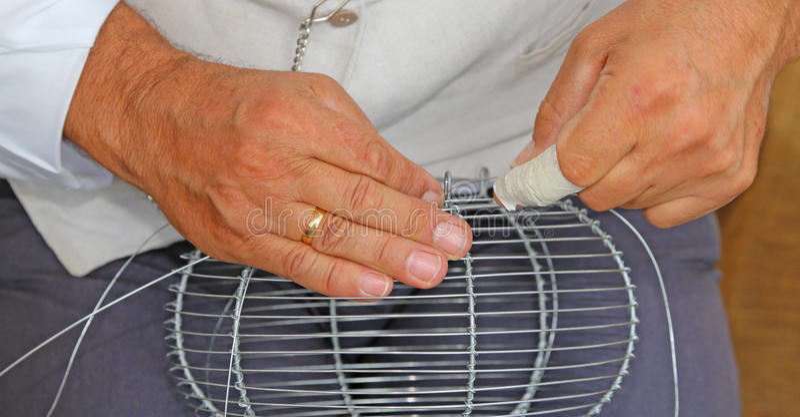 Handwerker Spinnt Drahtvase Mit Den Händen Stockfoto - Bild von ring ...