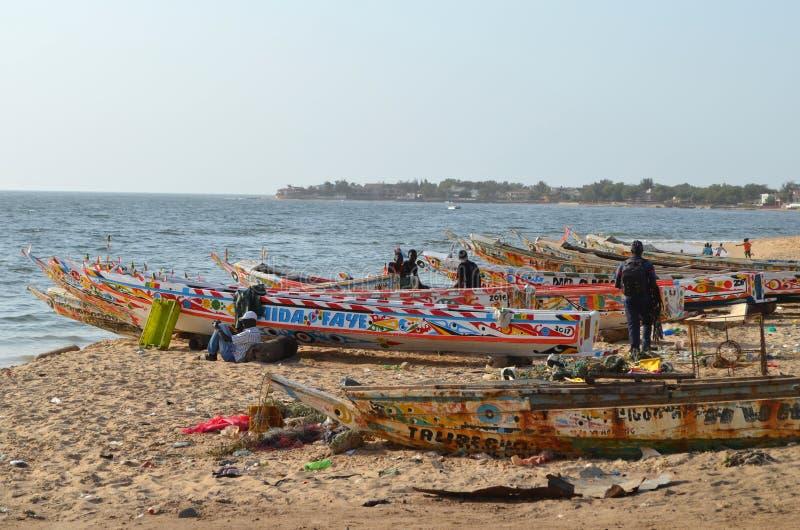 Handwerkliche hölzerne Fischerboote Pirogues im Dorf von Ngaparou, zierliches CÃ'te, Senegal lizenzfreie stockfotos