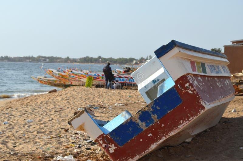 Handwerkliche hölzerne Fischerboote Pirogues im Dorf von Ngaparou, zierliches CÃ'te, Senegal stockfoto