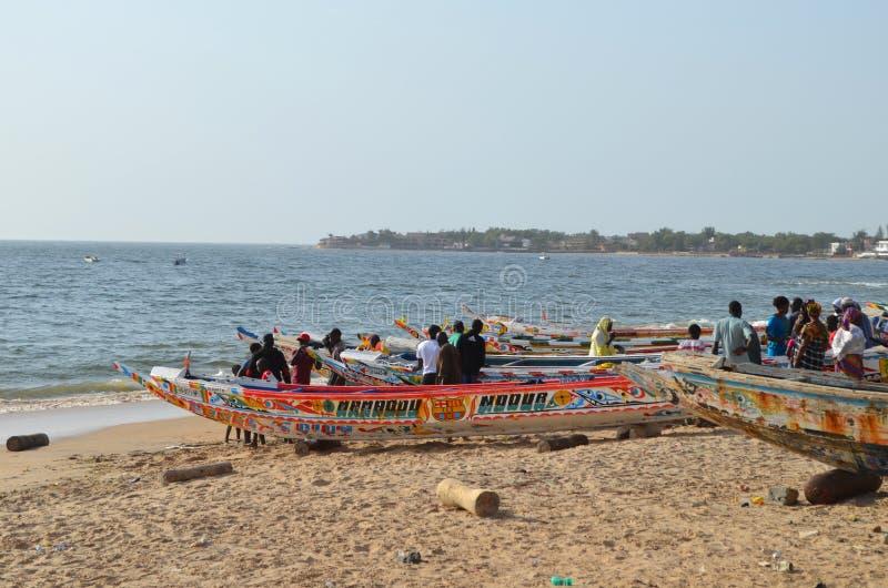 Handwerkliche hölzerne Fischerboote Pirogues im Dorf von Ngaparou, zierliches CÃ'te, Senegal stockbilder