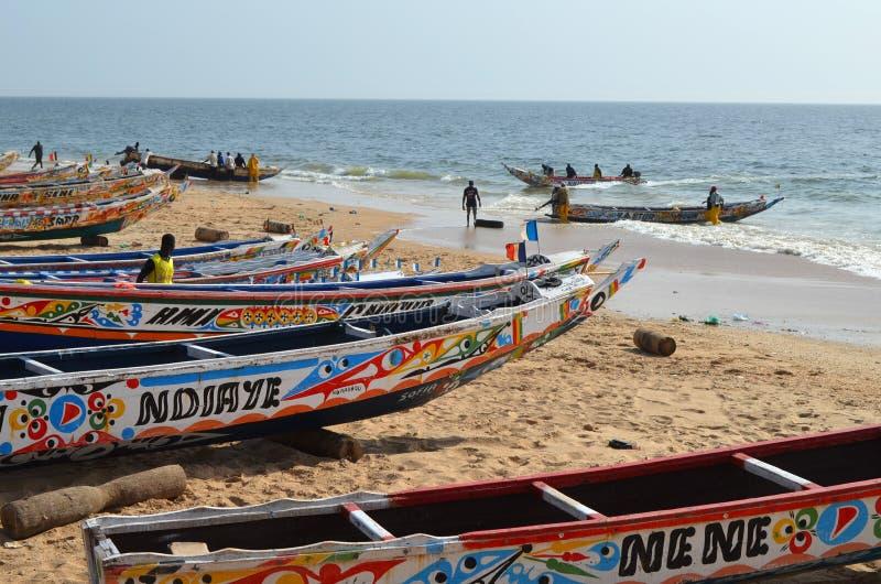 Handwerkliche hölzerne Fischerboote Pirogues im Dorf von Ngaparou, zierliches CÃ'te, Senegal lizenzfreies stockfoto
