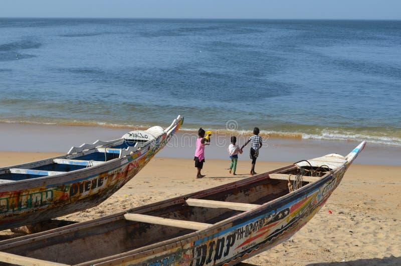 Handwerkliche hölzerne Fischerboote Pirogues im Dorf von Ngaparou, zierliches CÃ'te, Senegal stockfotos