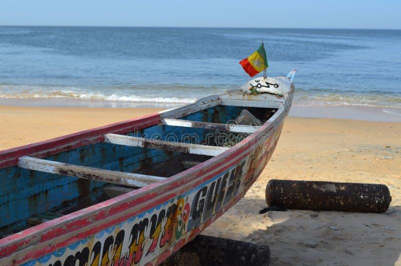 Handwerkliche hölzerne Fischerboote Pirogues im Dorf von Ngaparou, zierliches CÃ'te, Senegal stockbild