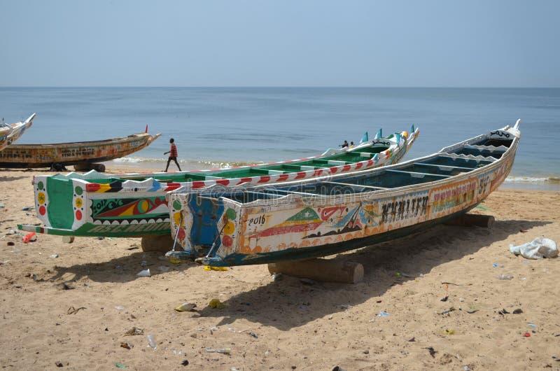 Handwerkliche hölzerne Fischerboote Pirogues im Dorf von Ngaparou, zierliches CÃ'te, Senegal lizenzfreies stockbild