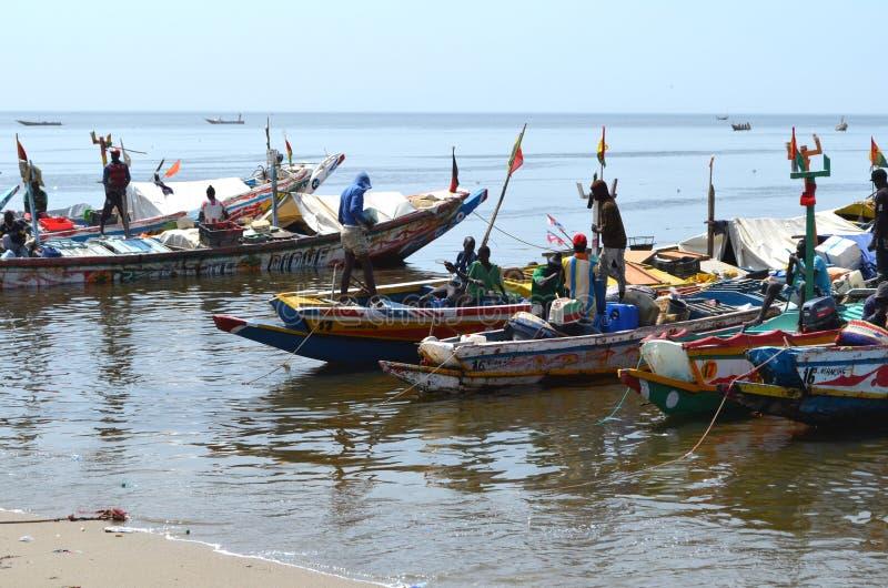 Handwerkliche hölzerne Fischerboote Pirogues im Dorf von Ngaparou, zierliches CÃ'te, Senegal lizenzfreie stockfotografie