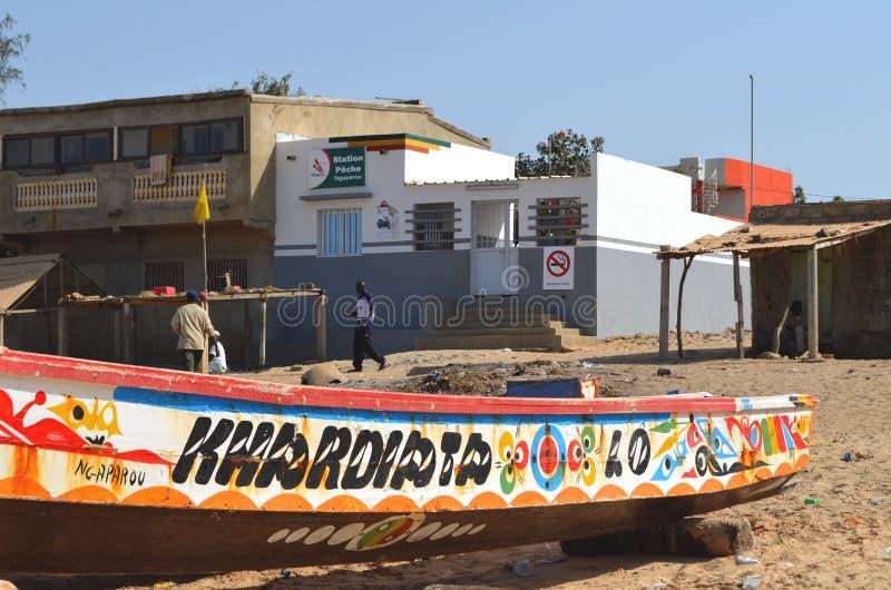 Handwerkliche hölzerne Fischerboote Pirogues im zierlichen CÃ'te von Senegal, West-Afrika lizenzfreie stockfotografie