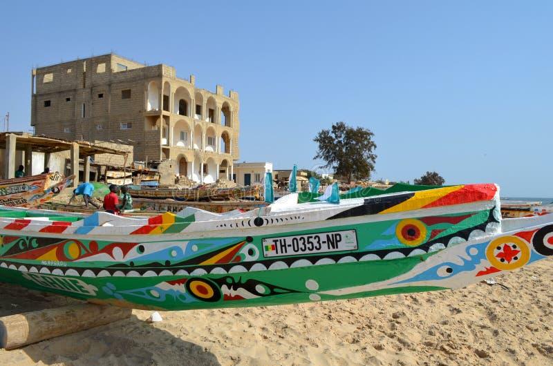 Handwerkliche hölzerne Fischerboote Pirogues im zierlichen CÃ'te von Senegal, West-Afrika lizenzfreie stockbilder