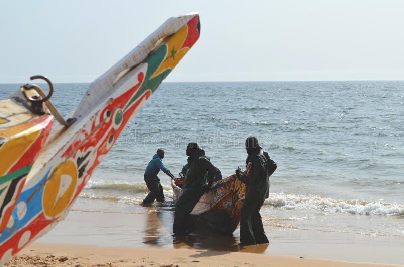 Handwerkliche hölzerne Fischerboote Pirogues im zierlichen CÃ'te von Senegal, West-Afrika stockfotos