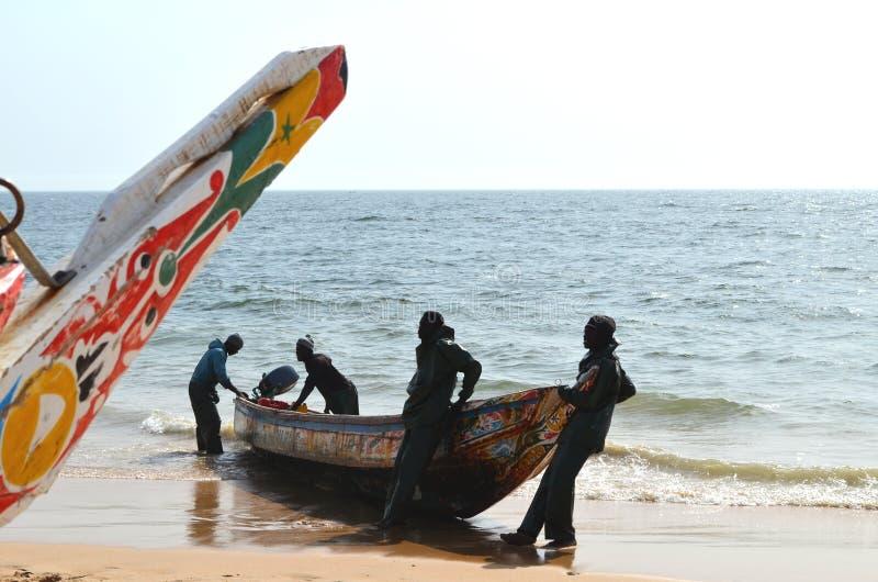 Handwerkliche hölzerne Fischerboote Pirogues im zierlichen CÃ'te von Senegal, West-Afrika stockbilder