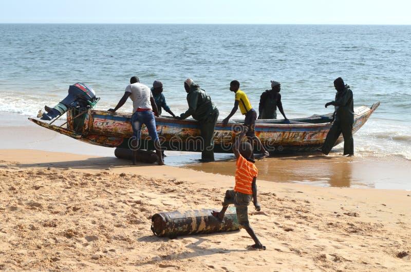Handwerkliche hölzerne Fischerboote Pirogues im zierlichen CÃ'te von Senegal, West-Afrika stockfoto