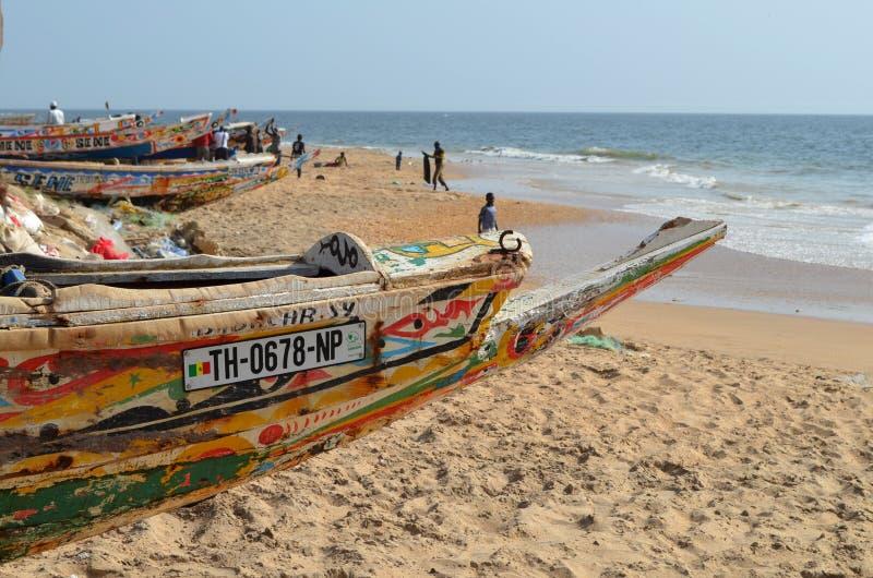 Handwerkliche hölzerne Fischerboote Pirogues im zierlichen CÃ'te von Senegal, West-Afrika lizenzfreies stockbild