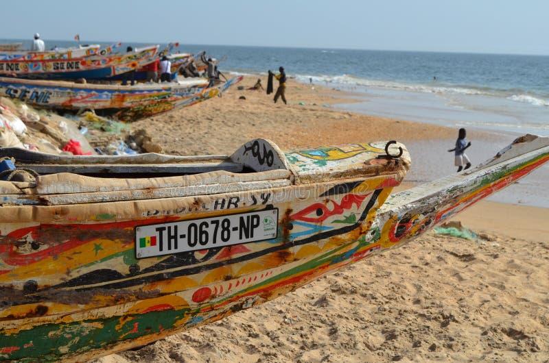 Handwerkliche hölzerne Fischerboote Pirogues im zierlichen CÃ'te von Senegal, West-Afrika lizenzfreie stockfotos