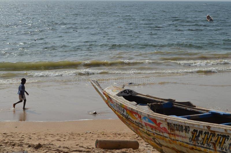 Handwerkliche hölzerne Fischerboote Pirogues im zierlichen CÃ'te von Senegal, West-Afrika stockbild