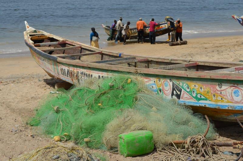 Handwerkliche hölzerne Fischerboote Pirogues, zierliches CÃ'te, Senegal lizenzfreies stockfoto