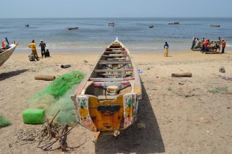 Handwerkliche hölzerne Fischerboote Pirogues, zierliches CÃ'te, Senegal lizenzfreie stockfotos