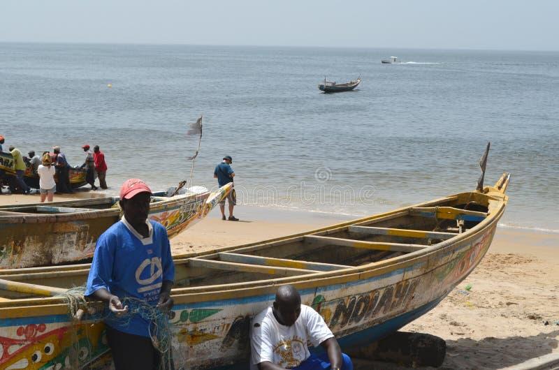 Handwerkliche hölzerne Fischerboote Pirogues, zierliches CÃ'te, Senegal stockbilder