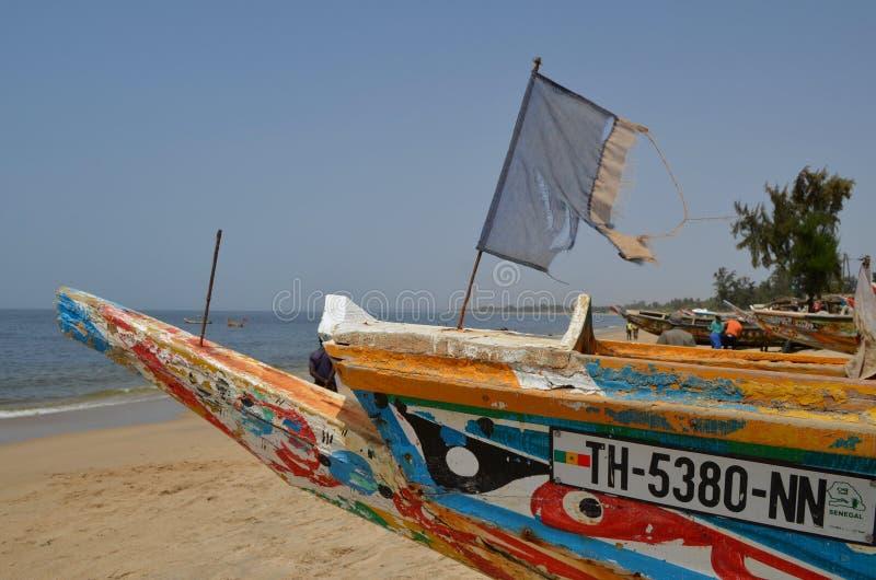 Handwerkliche hölzerne Fischerboote Pirogues, zierliches CÃ'te, Senegal stockbild